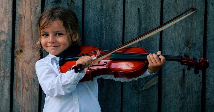 Álvaro Bilbao, neuropsicólogo espanhol, autor do livroEl cerebro del niño explicado a los padres(O cérebro da criança explicado aos pais), diz que,se querem ter filhos (mais) inteligentes, têm que tirar o iPad e dar a eles um instrumento musical!