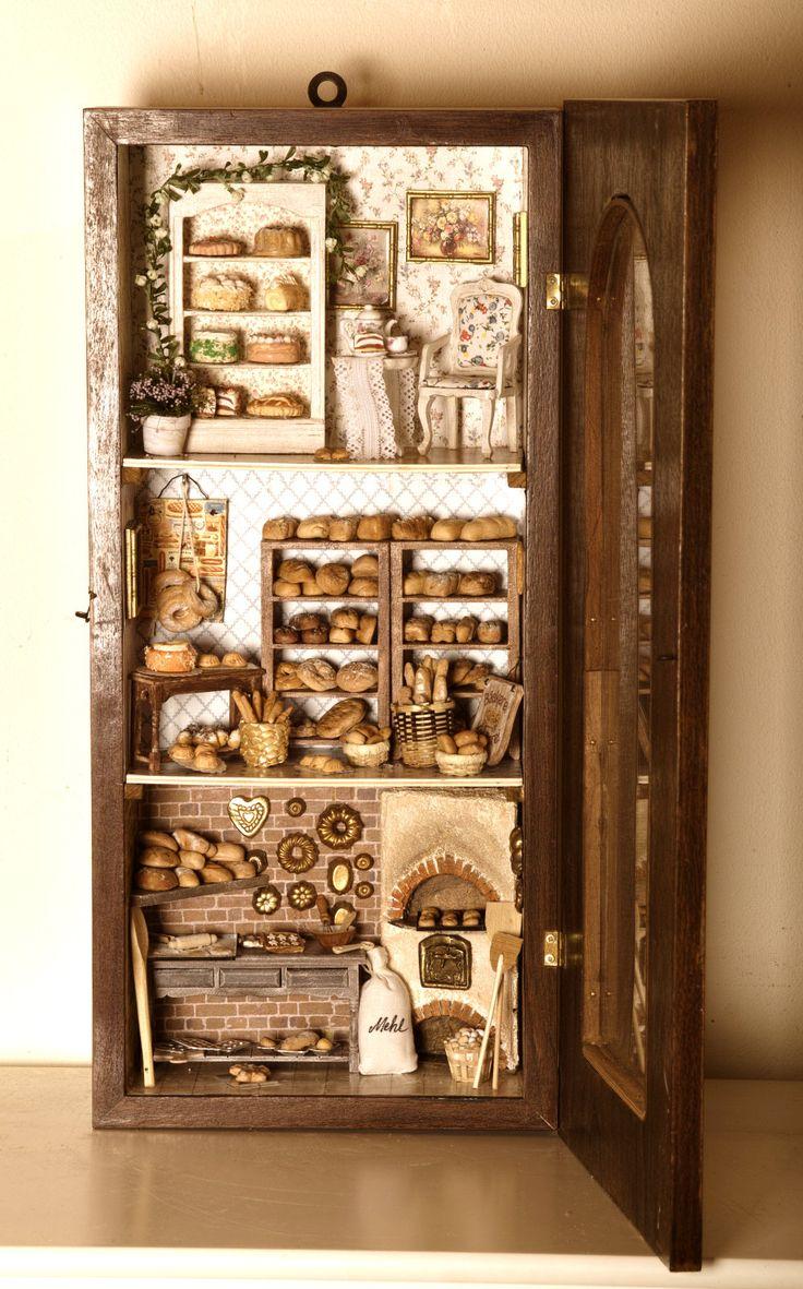 Backstube mit Bäckerei und kleinem Cafe in einem alten Uhrkasten