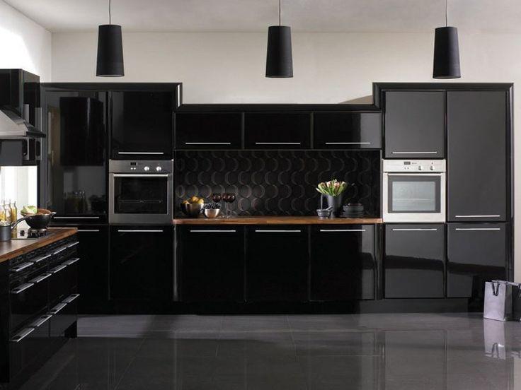 des armoires de cuisine noires faade brillante et une crdence dcorative en noir mat - Cuisine Noir Mat Et Bois
