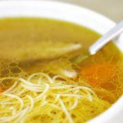 Soto ajam (licht gekruide kippensoep) http://www.mijnreceptenboek.nl/recept/hoofdgerechten/maaltijdsoepen/soto-ajam-licht-gekruide-kippensoep.html