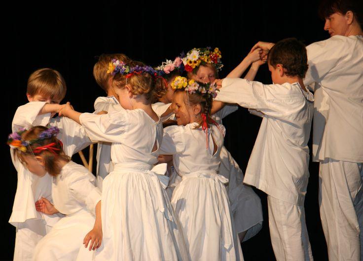 Dívky a chlapci se při klavírním doprovodu učí základům taneční gymnastiky…