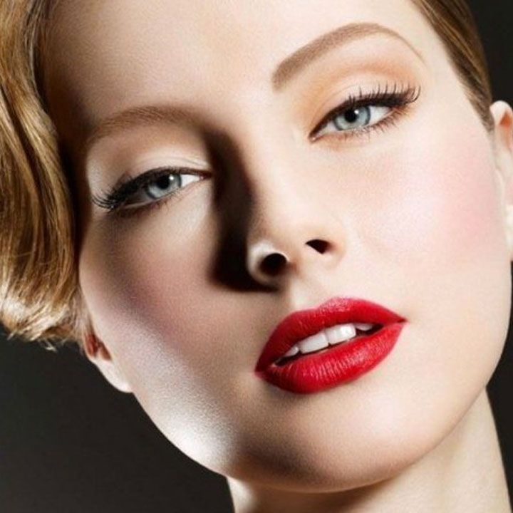 Основными тенденциями макияжа 2017 являются:  💥Здоровая и ухоженная кожа с эффектом легкого свечения; 💥Максимально приближенный к эффекту натуральности макияж в стиле nude; 💥Монохромный мейк-ап; 💥Знакомая всем техника смоки айс в современной интерпретации; 💥Использование стрелок, а также круговой подводки для создания эффекта «кошачий глаз»; 💥Графический макияж – представляет собой основную тенденцию для вечернего макияжа; 💥Праздничный макияж в стиле «металлик».