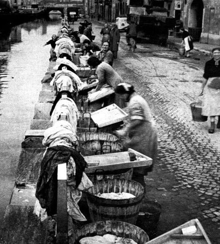 Delle lavandaie lungo il Naviglio Grande negli anni '40.  La pulizia del corpo dei Milanesi era in origine affidata alla cosiddetta pulizia secca demandata cioè al cambio della biancheria; i frequenti cambi di abito soprattutto degli indumenti bianchi incrementavano il lavaggio a carico delle lavandaie. Leleganza e la moda si associavano alligiene personale: si lavavano perciò più gli indumenti che le persone e questa usanza era poco frequente tra chi di indumenti non ne aveva abbastanza. I…