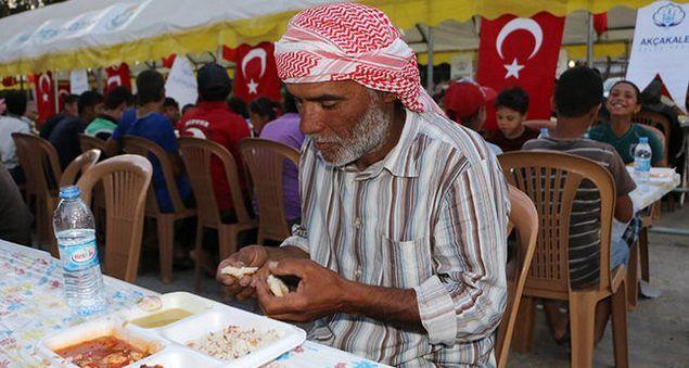 NGO Turki Sediakan Makanan Berbuka Puasa Untuk Pengungsi Selama Bulan Suci Ramadhan  Sebuah LSM (NGO) Turki Diyanet Foundation (TDV) pada Selasa (24/5) menguraikan bantuan amal selama bulan suci Ramadan mendatang dan seterusnya termasuk makanan buka puasa (fast-breaking) dan perlengkapan penting untuk orang-orang di negara-negara yang dilanda perang. Mustafa Tutkun kepala Turki Diyanet Foundation mengatakan kelompok itu akan memberikan pengungsi di Turki dengan makanan berbuka puasa selama…