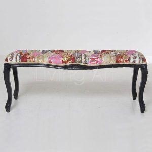 Wyjątkowa ławeczka w stylu rustykalnym idealnie zaprezentuje się w domowym zaciszu. Jej wesoła, kolorowa tkanina z pewnością będzie akcentem każdego wnętrza.