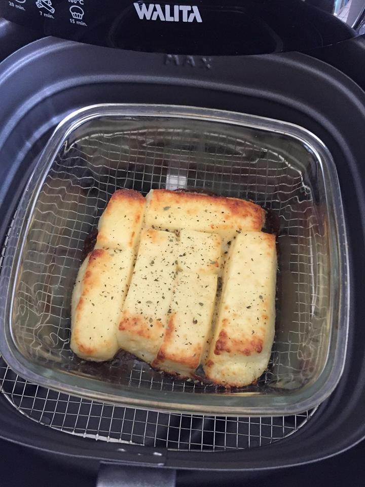 Pré aqueça a 200 graus.  Coloque o queijo num recipiente de vidro e coloque na AF por 9 minutos.     ★★★★ LIVRO DE RECEITAS NA AIRFRY...
