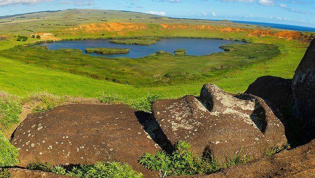 Vista de la laguna del interior del cráter de Rano Raraku con otro de los muchos moais que allí se encuentran