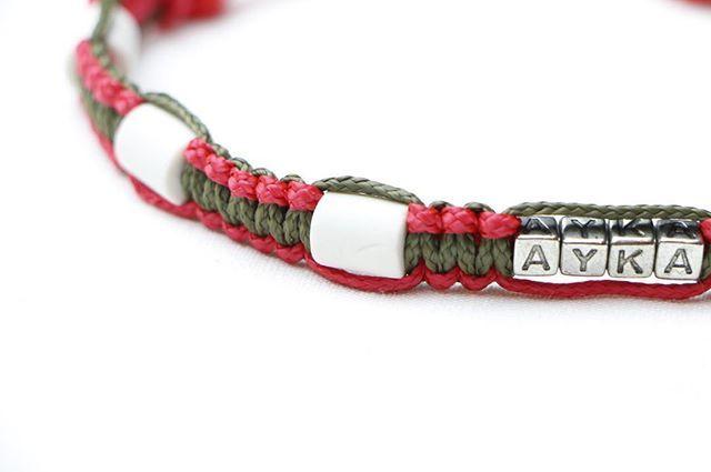 Das Zeckenhalsband Chic In Rot Und Olivgrun Personalisiert Mit Den Namen Deines Hundes Die Zeckenhalsbander Gan Em Keramik Halsband Halsband Paracord Halsband