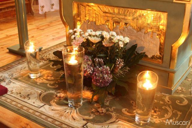 świece i kwiaty przy ołtarzu podczas ślubu