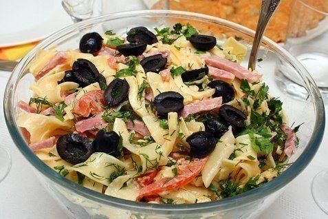 Итальянский салат с сыром и макаронами (сыр, ветчина, слад.перец, помидоры, тальятелле, зелень, маслины, майонез)