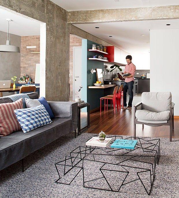 Com um design bem diferente, a mesa de centro da Carbono é a estrela da sala. A peça foi a aposta do escritório DT Estúdio para deixar o espaço com clima industrial ainda mais moderno.