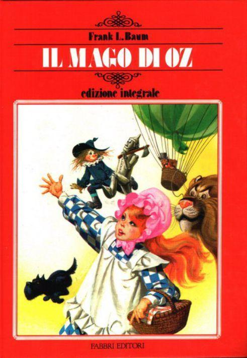 Dorothy vive tranquilla nelle praterie del Kansas insieme al suo cagnolino Toto. Ma un giorno un potentissimo ciclone si abbatte sulla sua casa e la trascina lontano, in un paese davvero strano, popolato da bizzarri personaggi: uno Spaventapasseri, un Boscaiolo di Latta, un Leone Codardo. Insieme a loro la bambina partirà alla ricerca del Grande Mago di Oz, per chiedergli di esaurire il più grande desiderio di ognuno di loro: lo Spaventapasseri vorrebbe un cervello, il boscaiolo un cuore e…