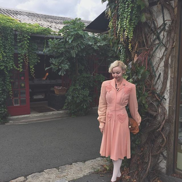 Antique market in my petal pink 1940s dress and coat set with heart pockets 💕🕊. Found an antique blouse, a shooting star brooch and a butterfly for my vanity 🦋 Wearing a cardigan underneath, so looks a bit tighter than usual. It's raining, so we're all wearing out hair up 🌟 will take it down tonight! #1930s #1940s #vintage #truevintage #truevintageootd #vintagedress #vintagefashion
