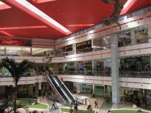 Es un centro comercial en Bogotá, Colombia. Tiene muchas tiendas.