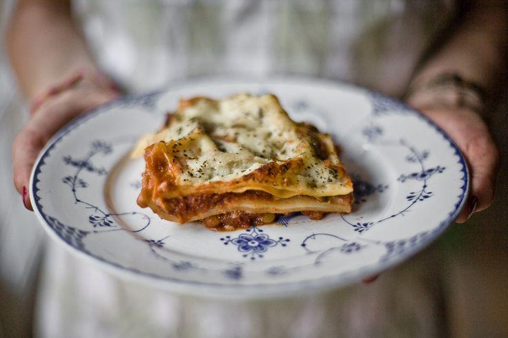 Denne variant af en vegetarlasagne kom jeg på en dag, hvor jeg ved et tilfælde fandt en pose grønne linser og nogle lasagneplader i skabet. Resultatet blev en solid, smagfuld og mættende lasagne. I…