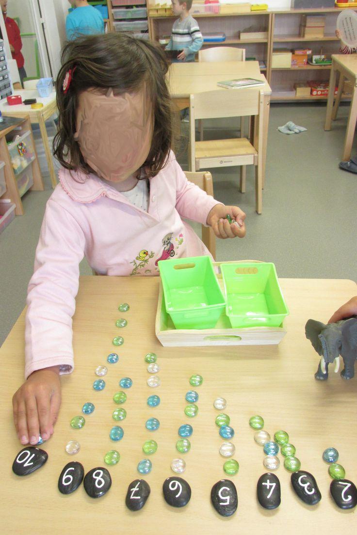 Placer les galets dans l'ordre des nombres, puis poser la quantité correspondante de billes plates (Nathaliell)