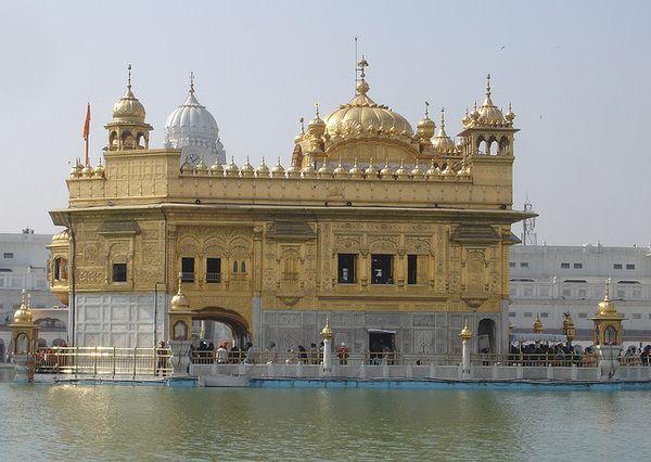 Harmandir Sahib es conocido en occidente como el Templo Dorado. Se trata del lugar más sagrado para los fieles al sijismo