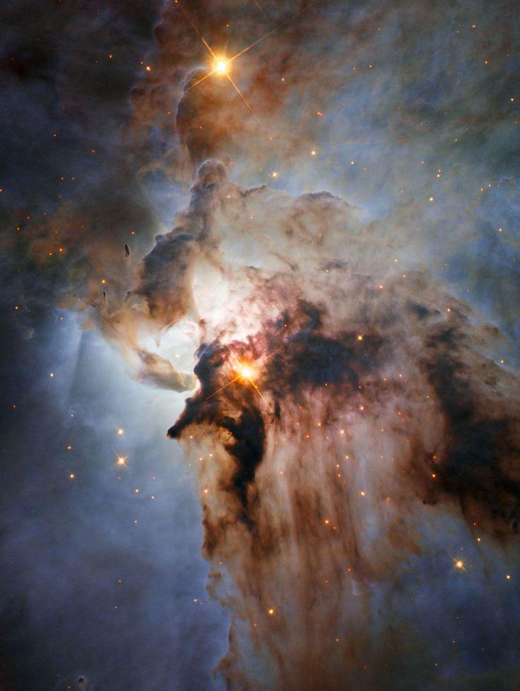 Hubble nous fait redécouvrir cette région à l'intérieur de la nébuleuse du Lagon (Lagoon nebula, Messier 8), laquelle s'étend dans la constellation du Sagittaire. Sa vue pénétrante dans le visible et l'infrarouge nous dévoile les jeunes étoiles tapies dans les ténèbres, plus particulièrement Herschel 36. Celle-ci érode et sculpte le milieu où elle s'est formée. Entre les deux masses sombres, on peut observer une tornade qui entremêle gaz et poussières. © Nasa, Esa, J. Trauger (JPL)