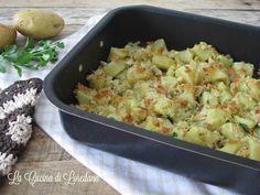 Semplici e deliziose le Patate al forno con la mollica, profumate e croccanti, ideali per accompagnare con gusto tutti i vostri piatti