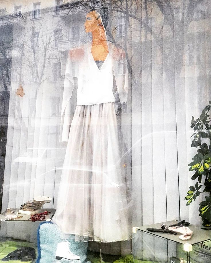 berlin.modemetropole.  #berlin #modemetropole #mode #city #trend #wedding #hochzeit #dress #kleid #hochzeitskleid #weddingdress #trash #staub #white #weiss #geschmack #goodtaste #schaufenster #deko #decoration http://butimag.com/ipost/1495176857983986926/?code=BS_7244hSzu