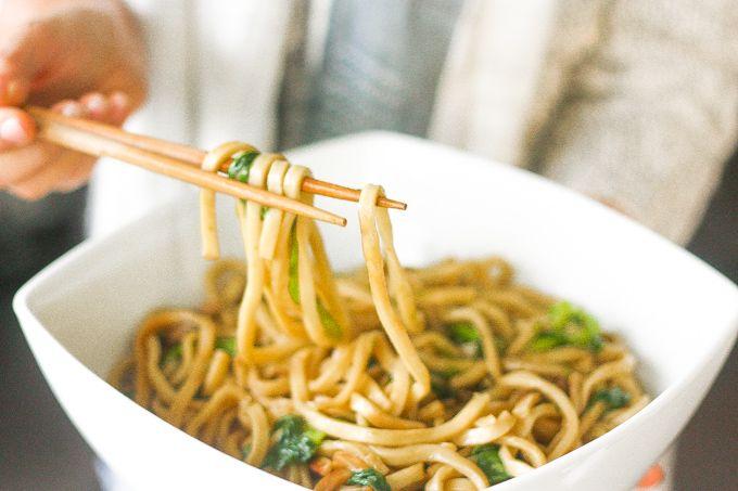 Shanghai estilo fideos fritos: Olvídese de llevar.  fideos de Shanghai auténticas y sabrosas se pueden hacer fácilmente en su propia casa.  Prueba esta comida clásica china comodidad de esta noche |  aheadofthyme.com