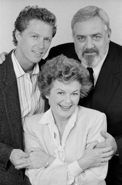 William Katt as Paul Drake Jr Barbara Hale as Della Street Raymond Burr as Perry Mason