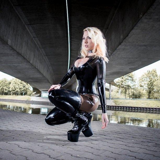 Frau in latex