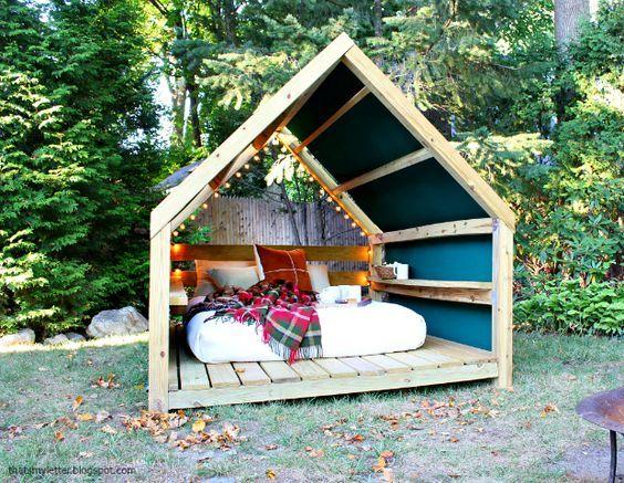 Les beaux jours arrivent et il est temps de penser à aménager un petit coin de paradis dans votre jardin en réalisant une cabane lounge pour vous détendre