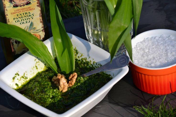 Pesto z medvědího česneku představuje osvědčený způsob uchování této bylinky.