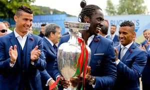 #EURO2016 - Éder's piece of outsider art caps journey from care home to Euro 2016 glory - Éder displays the trophy to fans before leaving Portugal's base at Marcoussis on Monday morning - guardian.com #POR #Portugal