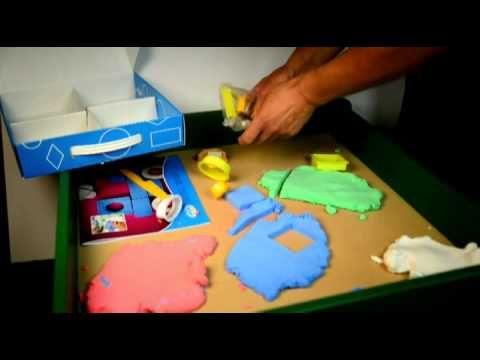 Podręczna walizeczka z 4 kolorami Pucholiny, z foremkami w kształcie figur geometrycznych i książeczką, która pokazuje 15 propozycji motywów wykonanych z fig...