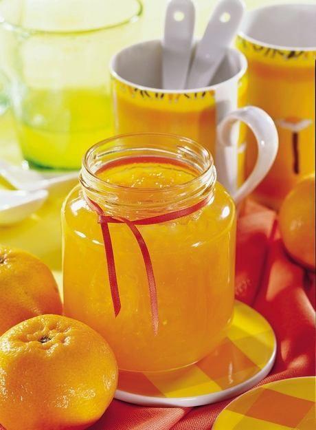 Pomerančový džem 1 kg pomerančů 350 g kryst cukru 1 x balení Dr. Oetker GELFIX Super 3:1 Pomeranče oloupeme, nakrájíme a dáme nejlépe do nízkého kastrolu. Gelfix promícháme nejprve s cukrem a poté zamícháme do připravených pomerančů. Za stálého míchání přivedeme k varu a necháme 1 minutu povařit. Odstavíme. Naplníme sklenice až po okraj, sebereme pěnu a ihned uzavřeme, sklenice otočíme