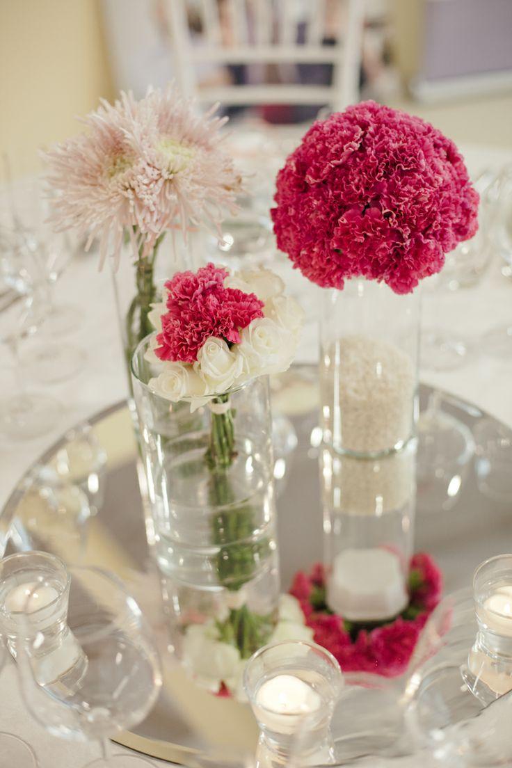 Centrotavola con garofani fucsia e rose bianche