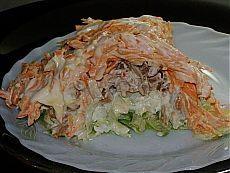 """Салат """"Мужской каприз"""": картофель, ветчина (или шинка), яйца варёные, лук репчатый, сыр твёрдый, зелень (укроп, петрушка), маринованные шампиньоны."""