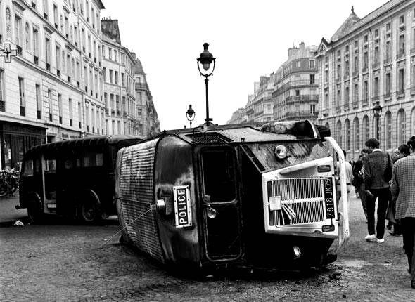 Plus d'essence, plus de transports en commun, plus de courrier... Le pays est bloqué et s'achemine vers une paralysie générale. Paris - mai 1968