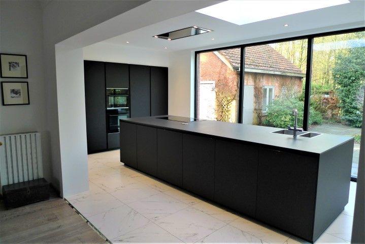 Zwarte keuken met minimalistisch design in klassiek interieur met - brillante kuchen ideen siematic