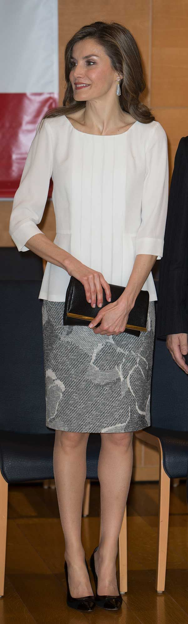Por la mañana la Reina visitó el hospital Universitario de Keio, dónde disponen de un centro de investigación genética especializado en enfermedades raras. Para la cita, doña Letizia estrenó una falda gris de Hugo Boss, con una camisa de la misma firma, unos salones negros de Magrit, pendientes de TOUS y una cartera de mano de Carolina Herrera