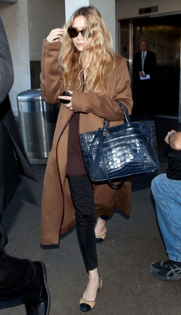 OLSENS ANONYMOUS ASHLEY OLSEN STYLE FASHION BLOG SUNGLASSES THE ROW BROWN TAN LEATHER TRIMMED COAT LEATHER POCKETS BLUE CROC TOTE BAG BROWN TEE TSHIRT  BLACK SHREDDED TORN DENIM JEANS CAP TOE CHANEL FLATS AIRPORT LAX LONG BLOND WAVY HAIR 1