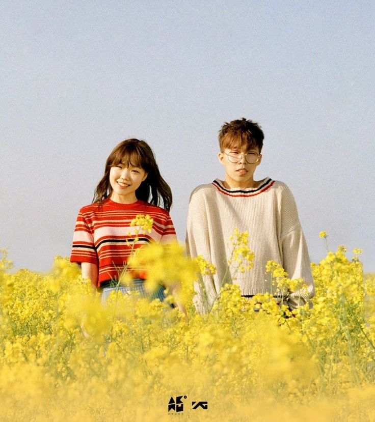 The show goes on for Akdong Musician as they continue busking event in the rain!   Koogle TV