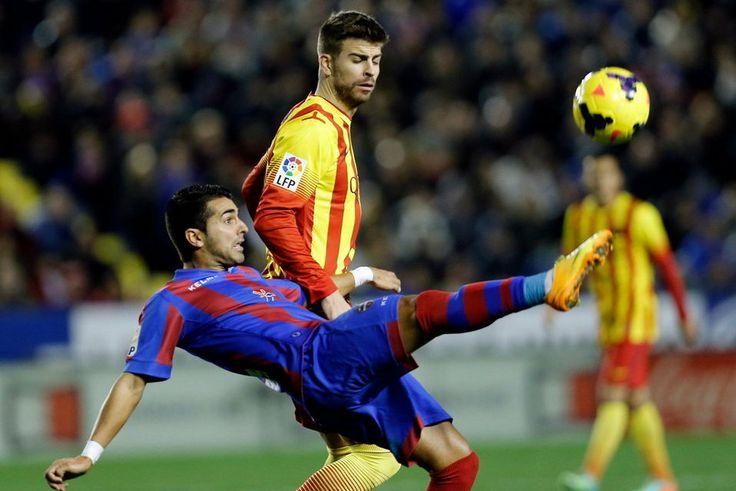 FC Barcelona, Ángel Rodríguez consigue despejar ante Gerard Piqué. | Levante 1-1 FC Barcelona. [19.01.14]