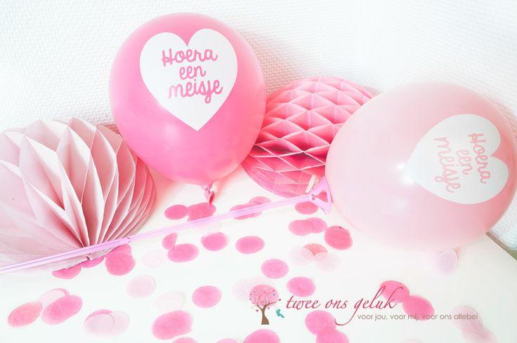 Roze feestversiering voor de geboorte van een meisje. #babyshower #kraamfeest #ballonnen #confette #ballonstokjes #honeycombs #tweeonsgeluk