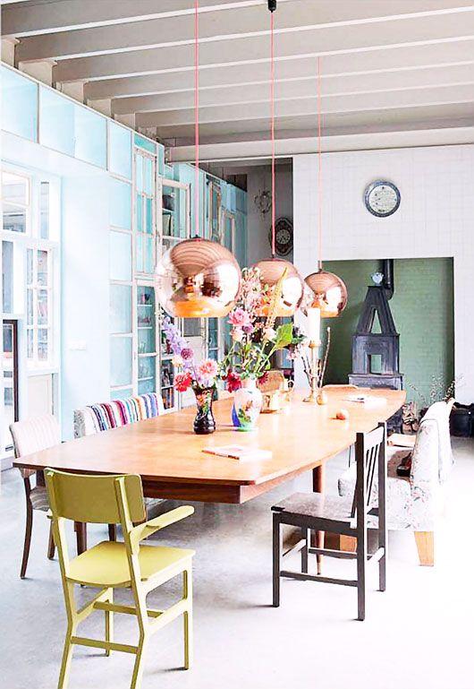Lamp boven de tafel in de trendkleur van 2014: Koper. mooi in combinatie met de felle kleuren