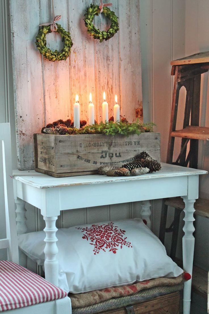 Süßer Weihnachtstisch mit Kerzenständer und Kissen & Decken für kalte Stunden. >> nice table w/storage, maybe kitchen island