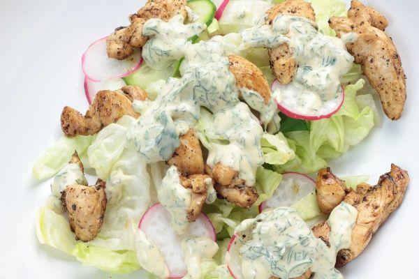 Ha unod a nehéz ételeket, dobd össze a joghurtos csirkemellsalátát.