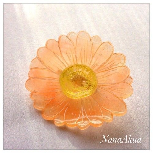 NanaAkua https://www.facebook.com/NanaAkua.Kobo 今週末、松本市あがたの森での子ども向けワークショップ用サンプルとして制作。 ガーベラのプラバンプローチ。  #shrinkplastic #Gerbera #flower #brooch #プラバン #プラ板