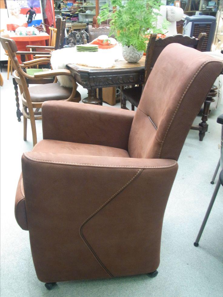 Bruin lederen stoel op wieltjes z.g.a.n. Afmetingen: ongeveer 100 cm hoog, 65 cm diep, 50 cm zitdiepte en 48 sm zithoogte. De stoel is voorzien van een hendel op de rug. Prijs € 45.00