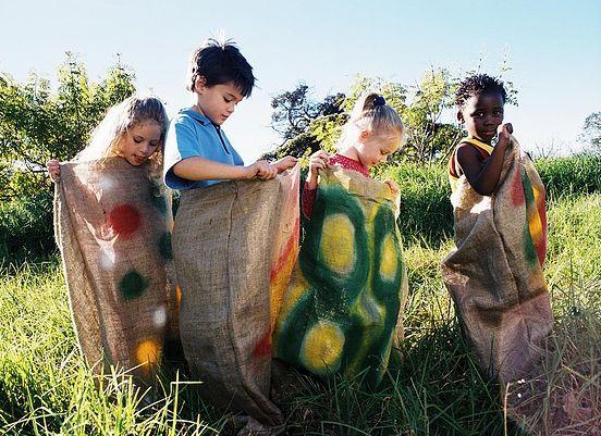 Niños de Green Palace en nuestra carrera de sacos ¡Qué divertido!