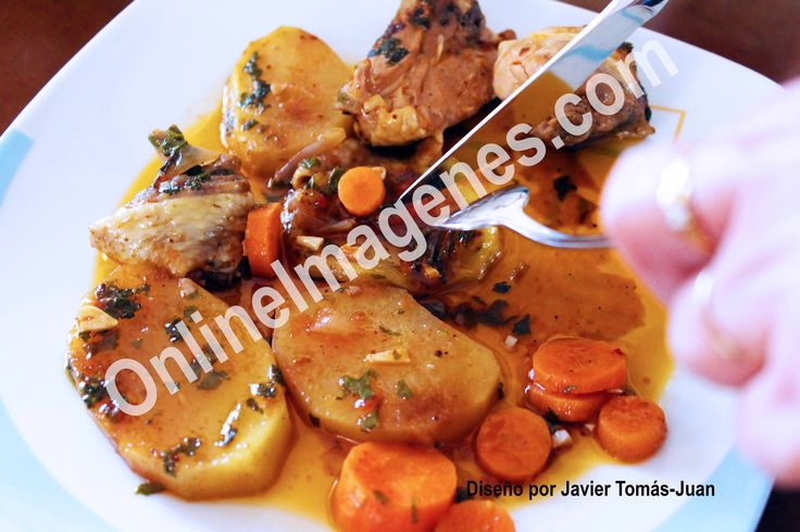 Compra imagen online para informar de los ingredientes a incluir para realizar un estofado de pollo con patatas mediante estrategias de marketing de contenidos en páginas webs y redes sociales.