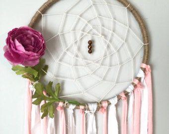 Je suis tellement en amour avec l'élégant, doux au toucher de cette pièce. Il a 3 niveaux, niveau le plus haut est la grande base 10 », le niveau intermédiaire est la base moyenne 8 », et le niveau inférieur est la petite base 6 ». Chaque base est enveloppé en fil de ruche de la crème avec une toile tissé à la main de ficelle de crème. Il sont magnifiques, douces fleurs roses pâles, blush, blancs et crèmes, ainsi que de verdure, principalement émeraude couleur argent dollar eucalyptus, en…