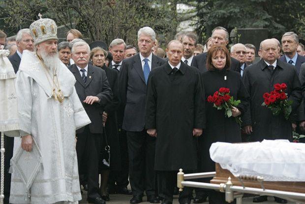На похоронах первого президента России Бориса Ельцина Путиных окружали экс-президенты США Джордж Буш-старший и Билл Клинтон, экс-президент Польши Лех Валенса и экс-премьер Великобритании Джон Мейджор